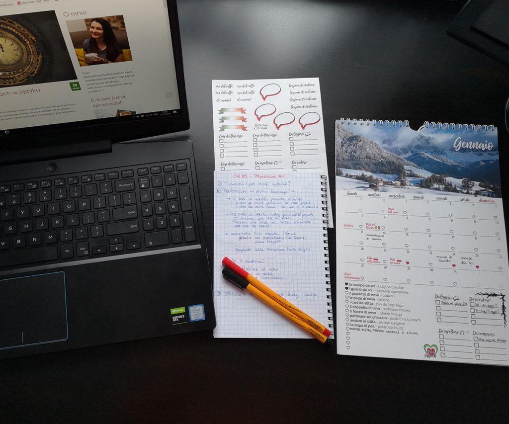 kalendarz przyimkowy a4 na biurku